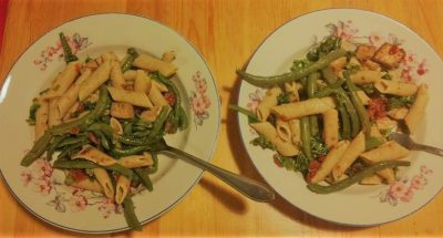 Makaron razowy z fasolką, marynowanym tofu, suszonymi pomidorami i oliwą z oliwek.