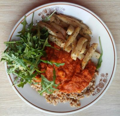 Kasza gryczana, sos pomidorowy z ciecierzycą, ziołowe frytki z selera i rukola.