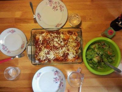 Zapiekanka z batatów, kaszy gryczanej, pomidorów i sera żółtego. Do tego zielona sałata z marchewką, rzodkiewką i oliwą z oliwek.