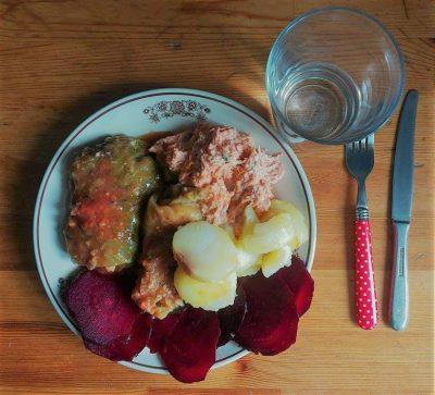 gołąbki z kaszą jaglaną i soczewicą, odsmażane ziemniaczki, pieczone buraki i surówka z jabłka i marchewki ze śmietaną i szczypiorkiem.