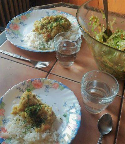 Curry z kalafiorem, dynią i ciecierzycą, ryż i surówka z białej kapusty.