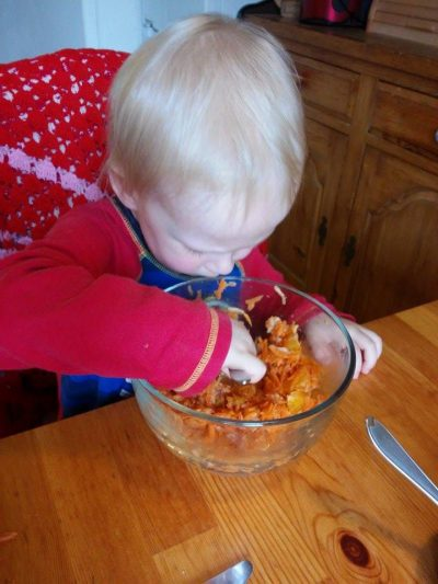A tu następuje wyjadanie pomarańczy i rodzynek z surówki. Reszta część obiadu została wzgardzona ;)
