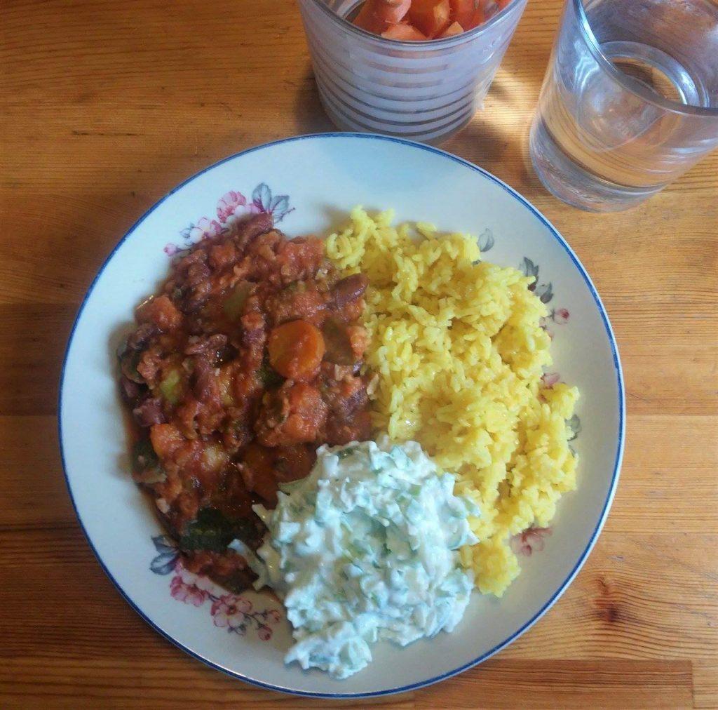 Ryż jaśminowy z kurkumą, sos pomidorowy z czerwoną fasolą, surówka z pora, jabłka i śmietany, surowe marchewki w słupki i woda.