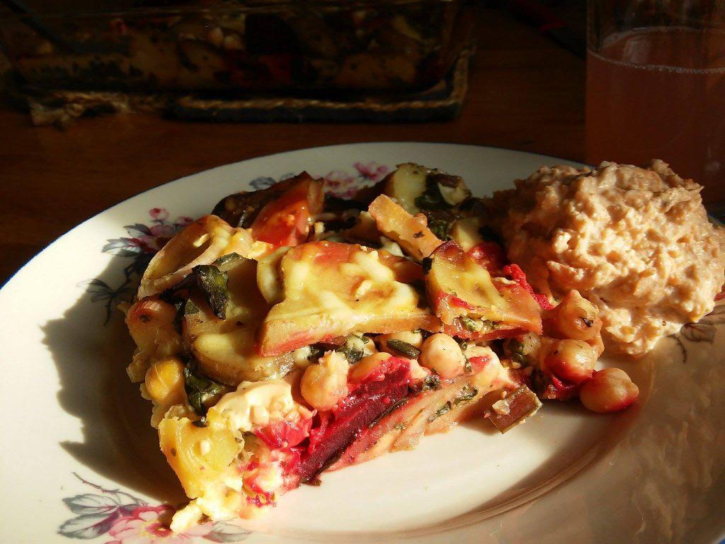 Zapiekanka z młodymi ziemniakami, botwinką i ciecierzycą i surówka z marchewki i jabłka ze śmietaną