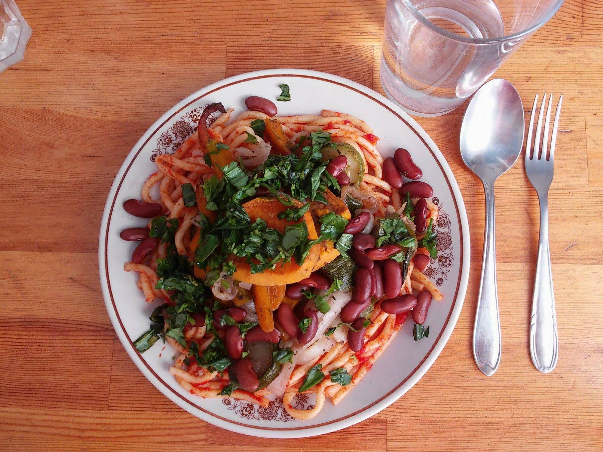 Makaron z sosem pomidorowym, pieczonymi warzywami (cukinia, cebula, marchewka i batat), czerwoną fasolą i świeżą bazylią. Do picia kompot z rabarbaru.